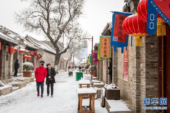 2019年2月10日,游客在河南安阳市文峰区仓巷街游玩。