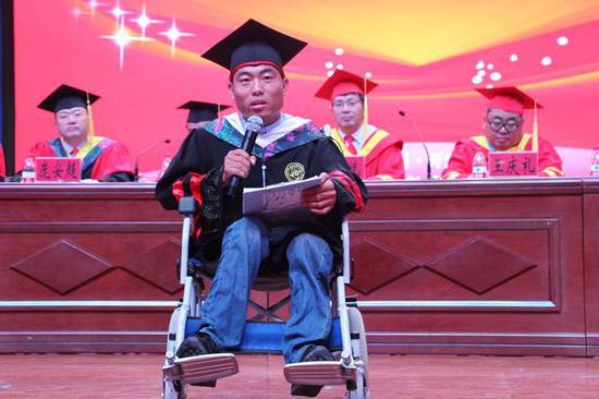 """河南患小儿麻痹大学生毕业: """"很开心 但也不容易"""""""