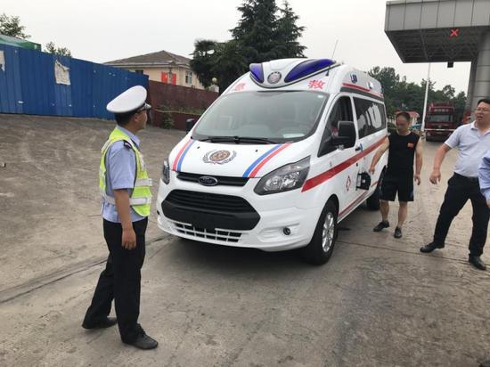 山東救護車在高速上沒油 河南高速交警緊急援助解圍