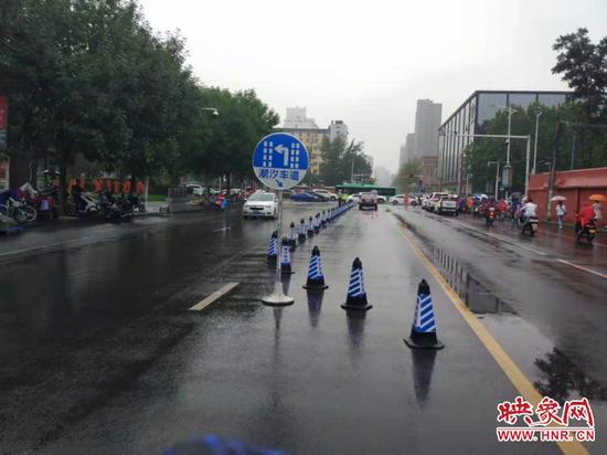 通行更加順暢 鄭州早高峰期間一路口增設潮汐車道