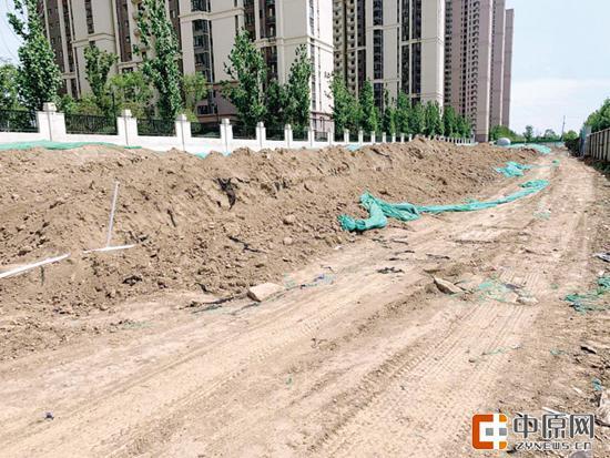 郑州市高新区两处工地大面积黄土裸露,车辆经过时尘土飞扬