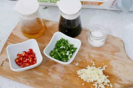 蒜末,小米椒末,加生抽,白醋,白糖,蒸鱼豉油,麻油,熟芝麻调成料汁待用。