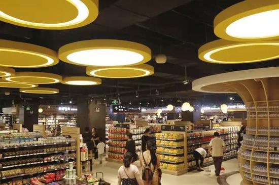在整个一楼的尽头是进口超市的区域,整体价位和市区内的进口超市差不多,在这点上还是没有什么太大差别的。