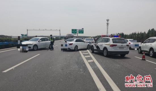高速路上安全第一位 司机急刹车导致两辆车连续追尾