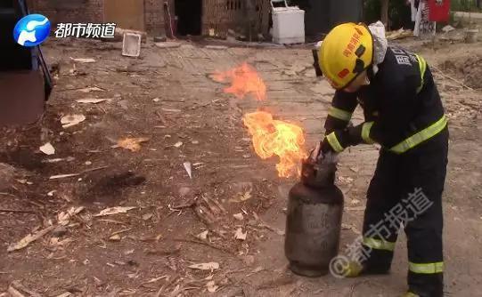 抱火哥,扛起的不是著火的煤氣罐,而是沉甸甸的責任與擔當。