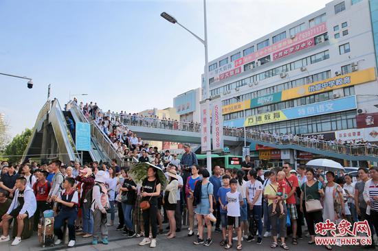 离考试结束还有几分钟,河南省实验中学考点外,已有许多家长等候着。
