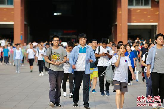 学生们走出考场