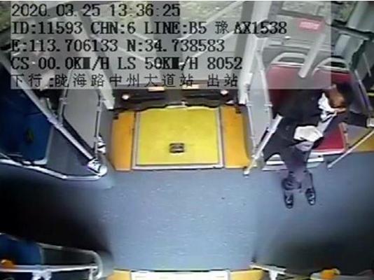 鄭州一小伙公交車上抽搐 女乘客的行為很暖心