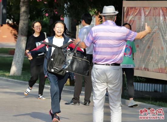 学生们走出考场 给家人一个大大的拥抱