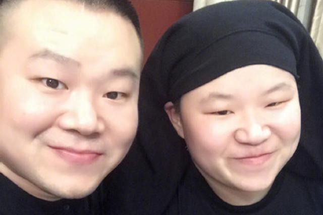 岳云鹏与撞脸的妹子合影 网友评论区斗图