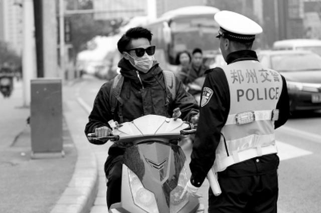 郑州公交躲避电动车冲向站台 电动车乱象频现治理难