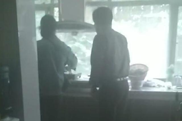 厨房往外冒浓烟 只因郑州老太给狗炖骨头
