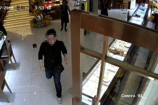 安阳男子金店抢手镯 没出店门就被捉