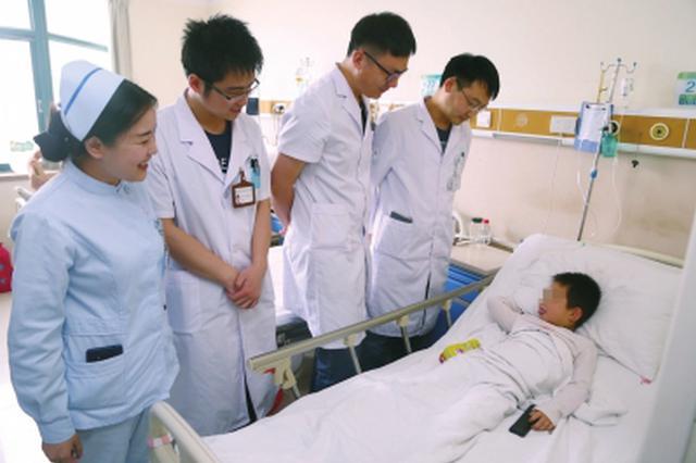 家长下楼不到10分钟 郑州5岁男孩13楼坠下幸存