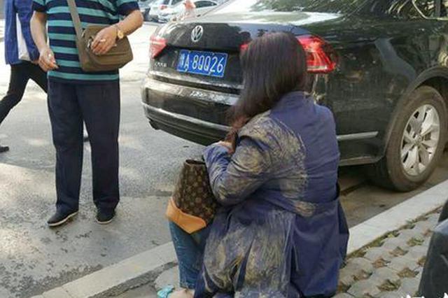 郑州一路口路面满是泥浆 一早撂倒七八个人