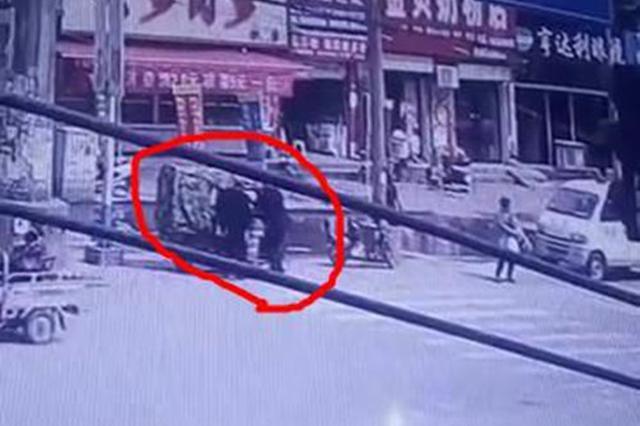 洛阳一男子泄私愤 烧了一辆城管车 刺伤一名城管人员