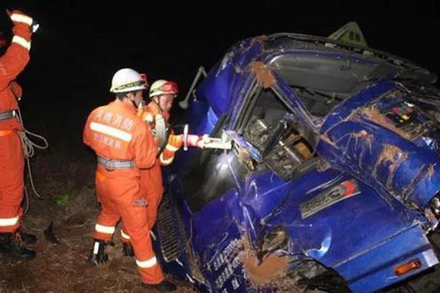 三门峡:深夜货车侧翻 驾驶室?#29616;?#21464;形司机被困