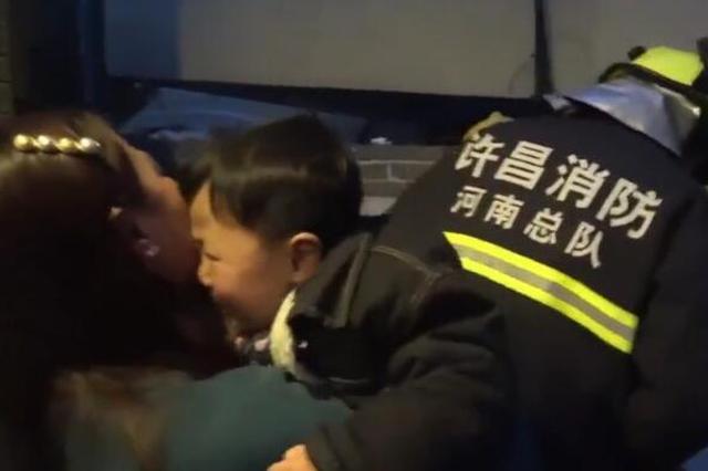 许昌3岁?#22411;?#21453;锁公厕消防叔叔解救