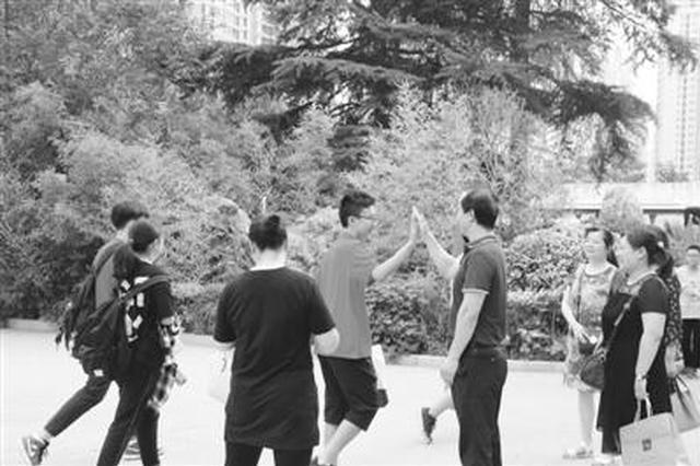 """郑州5万余名考生参加中考 考点学校主打""""服务牌"""""""
