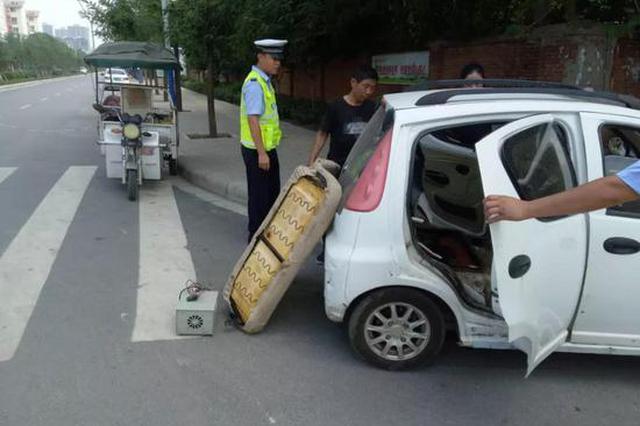 电动四轮车突然着火吓坏司机 漯河交警帮忙灭火