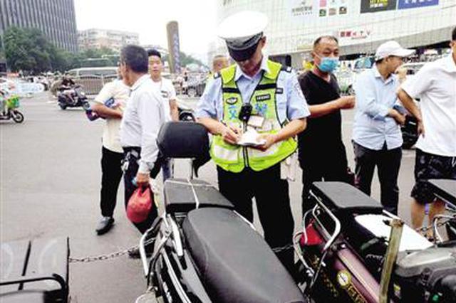 郑州交警查扣摩的18辆 火车站列为严管示范区
