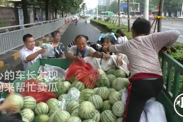 """郑州好心市民雨天""""抢瓜""""只为瓜童早点回家"""