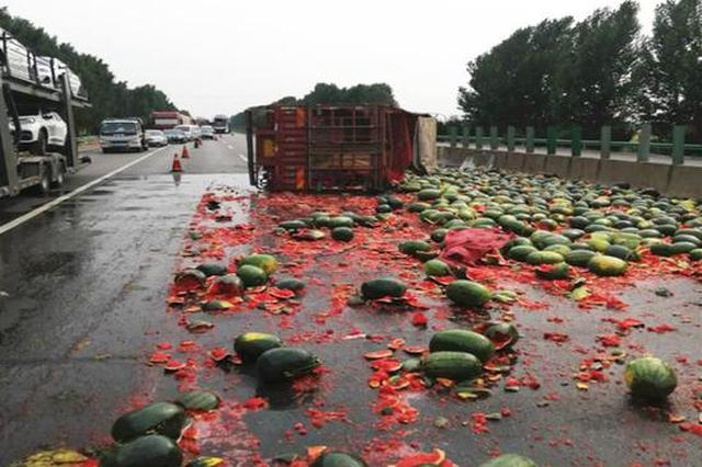 濮阳:高速爆胎!拉瓜货车侧翻 青皮红馕铺满地