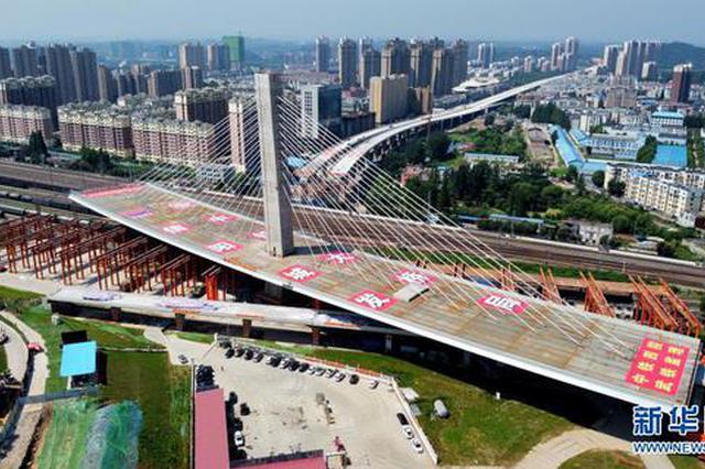 信阳跨京广铁路斜拉桥成功转体(图)
