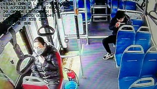 公交車上 鄭州男子摘下口罩一頓