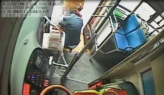 郑州公交车长暖心举动服务乘客