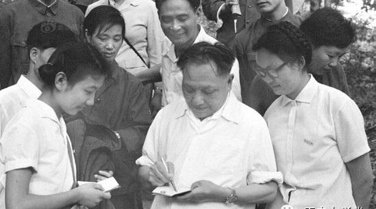 1977年邓小平怎样决策恢复高考