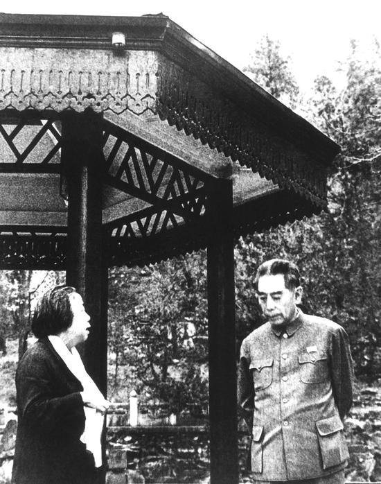 1973年,周恩来疗养期间和邓颖超在香山双清别墅散步