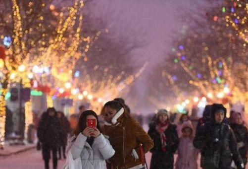 雪中的老街有多美 霓虹闪烁雪花飞