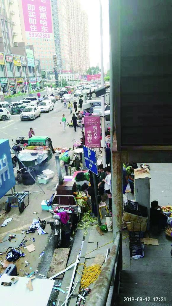 哈市香坊区永昌路 商贩侵占人行道烟雾噪音严重扰民
