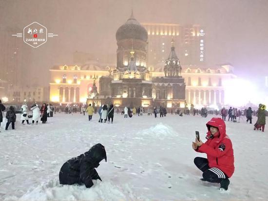 """雪宴!哈尔滨市民游客""""打卡""""冰城夜景"""