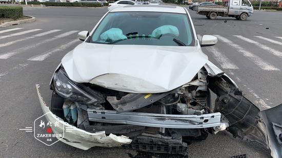 只看见一道白影 哈尔滨一尼桑轿车撞翻雷诺越野车