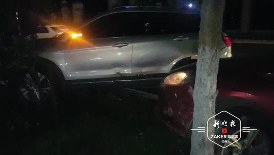 哈市一辆奥迪并道致三车相撞 两车开进绿化带撞断树