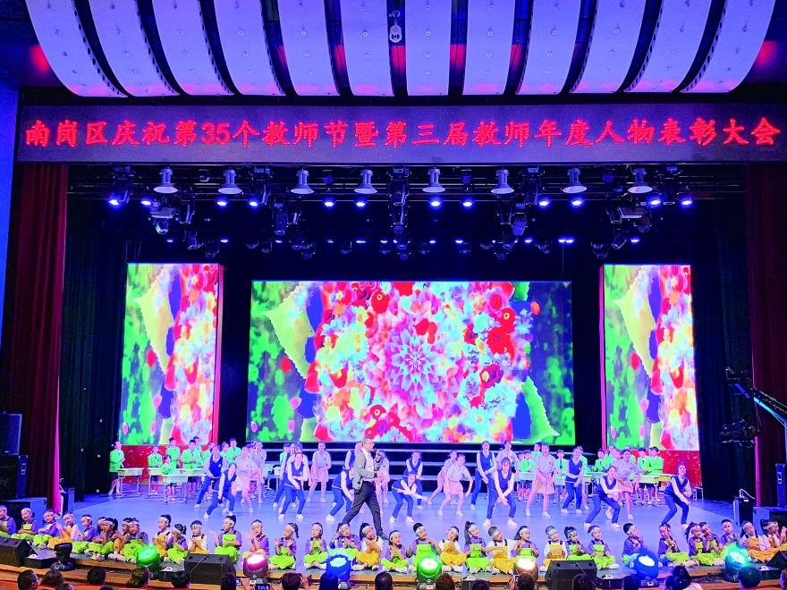 """哈尔滨市""""第三届南岗区教师年度人物""""表彰大会举行"""