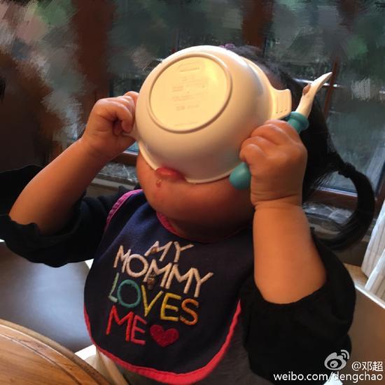 邓超女儿吃饭豪爽 小花端碗往嘴里狂倒超萌