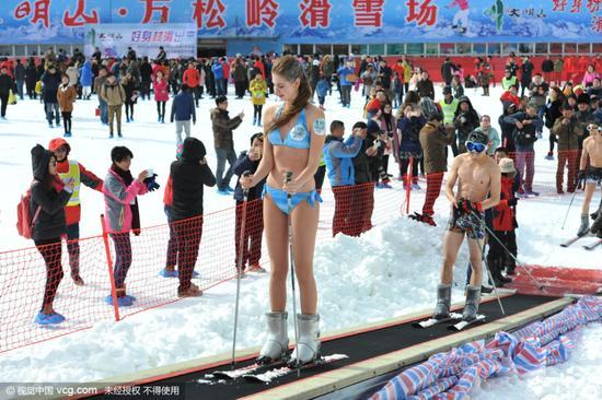 """美女穿比基尼滑雪""""冻感十足"""""""