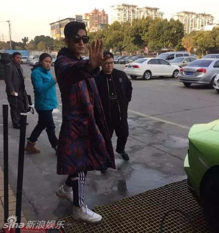 张翰开兰博基尼出街总裁范儿 霸道挥手阻拍照