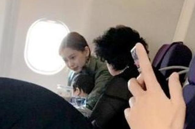网友飞机上偶遇Angelababy 网友曝小海绵见谁都笑