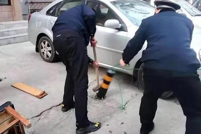 哈尔滨秋林地区管理处拆除20多个商家私设挡车桩