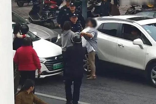 母女不走斑马线横穿马路还殴打按喇叭司机被拘