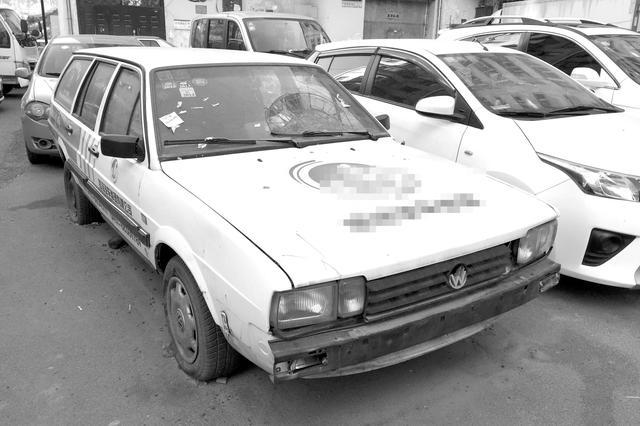 哈尔滨市道外区文化小区7辆僵尸车占着停车位