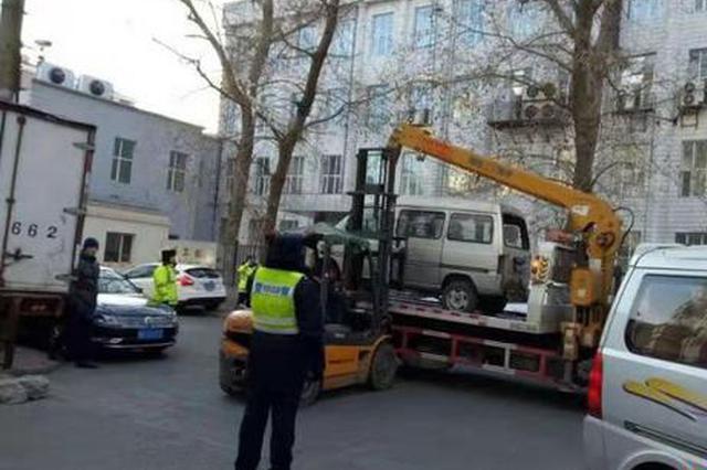 """哈尔滨市道外区玛克威商圈清理""""僵尸车"""""""