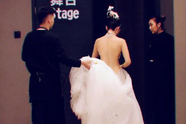 60岁杨丽萍晒背影照惊呆网友 肌肤白皙腰肢纤细