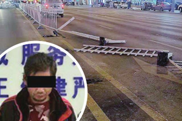 齐齐哈尔男子酒后踹烂护栏被拘到派出所给警察写诗