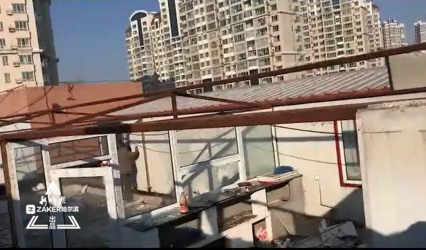 千百汇员工宿舍竟建上汇丽广场楼顶 300㎡彩钢房被拆