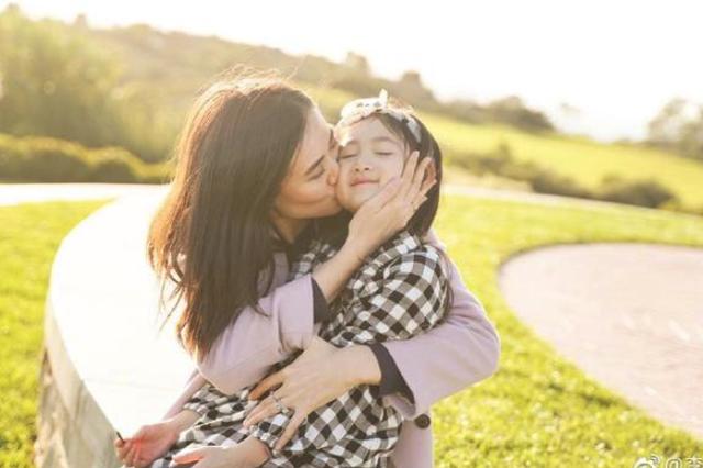 李小鹏晒照为奥莉庆祝7岁生日 李安琪献吻女儿